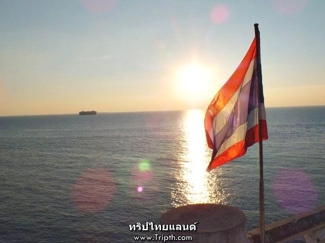 ธงชาติโบกสบัดเหนือสะพานวชิราวุธ
