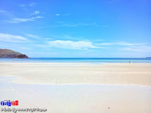 หาดเตยงาม เวลาน้ำลงจะมีแนวชายหาดยามนับร้อยเมตร