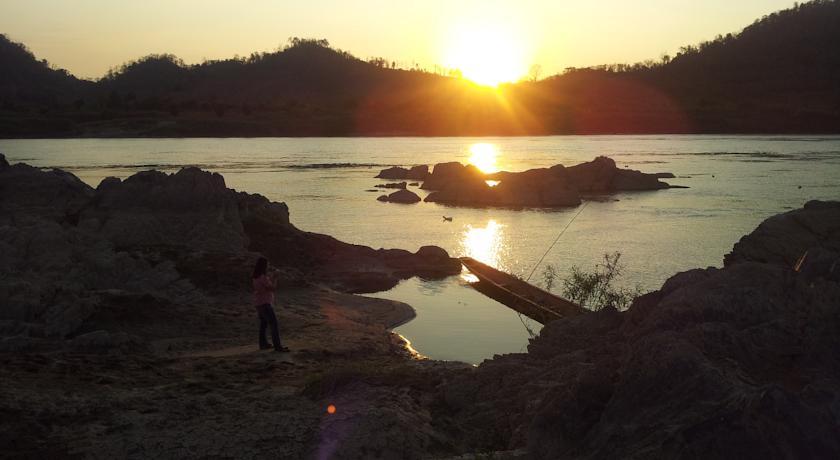เฮือนเบิ่งแม่น้ำของ รีสอร์ท (Huean Berng Nam Khong Resort)