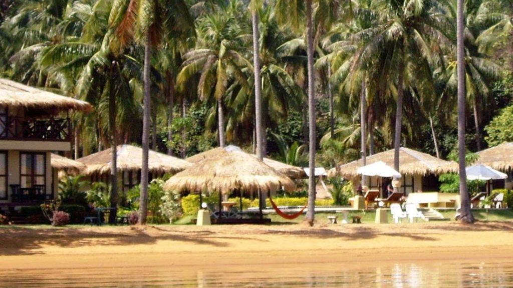 แอมเบอร์ แซนด์ บีช รีสอร์ต (Amber Sands Beach Resort)