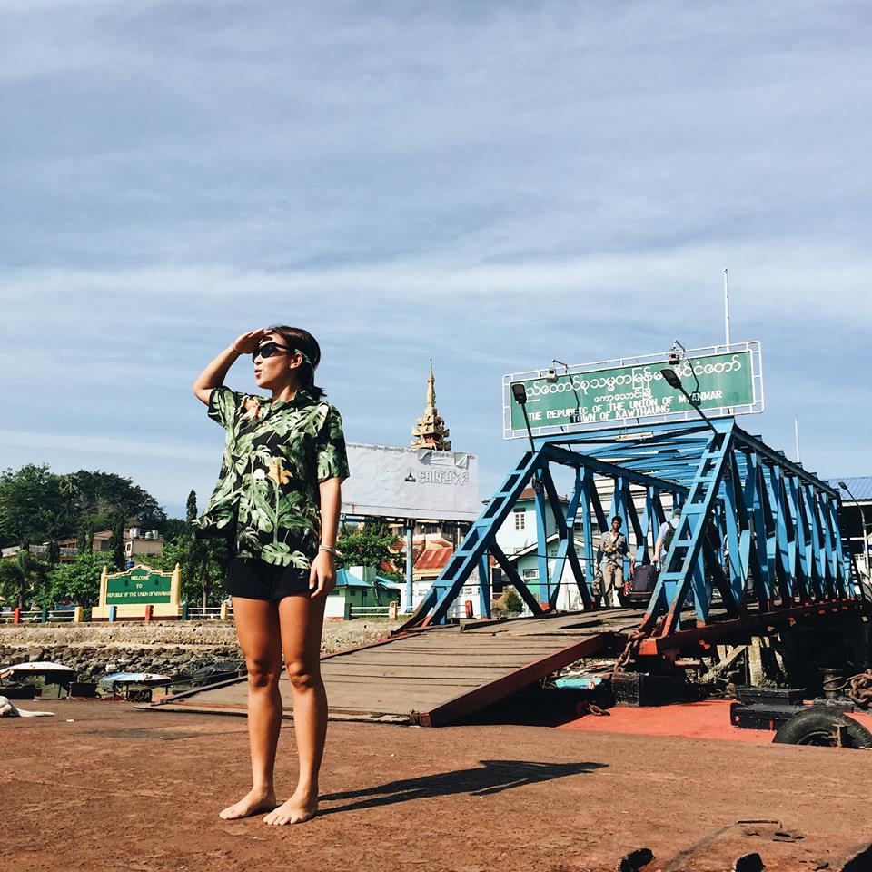 จุดแรกเรานั่งเรือมาจอดที่ท่าเรือเกาะสอง ประเทศพม่าก่อนเพื่อขออนุญาตเข้าน่านน้ำพม่า