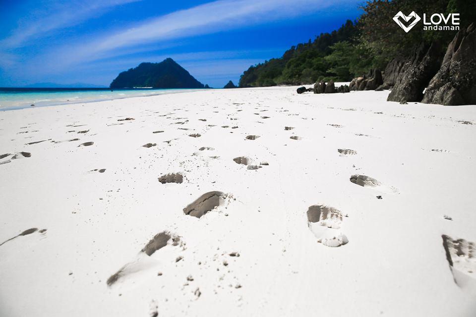 ที่นี่เป็นหาดทรายขาวทอดตัวยาวสุดลูกหูลูกตาเลย ขอบคุณภาพสวยๆจาก Love Andaman จ้า