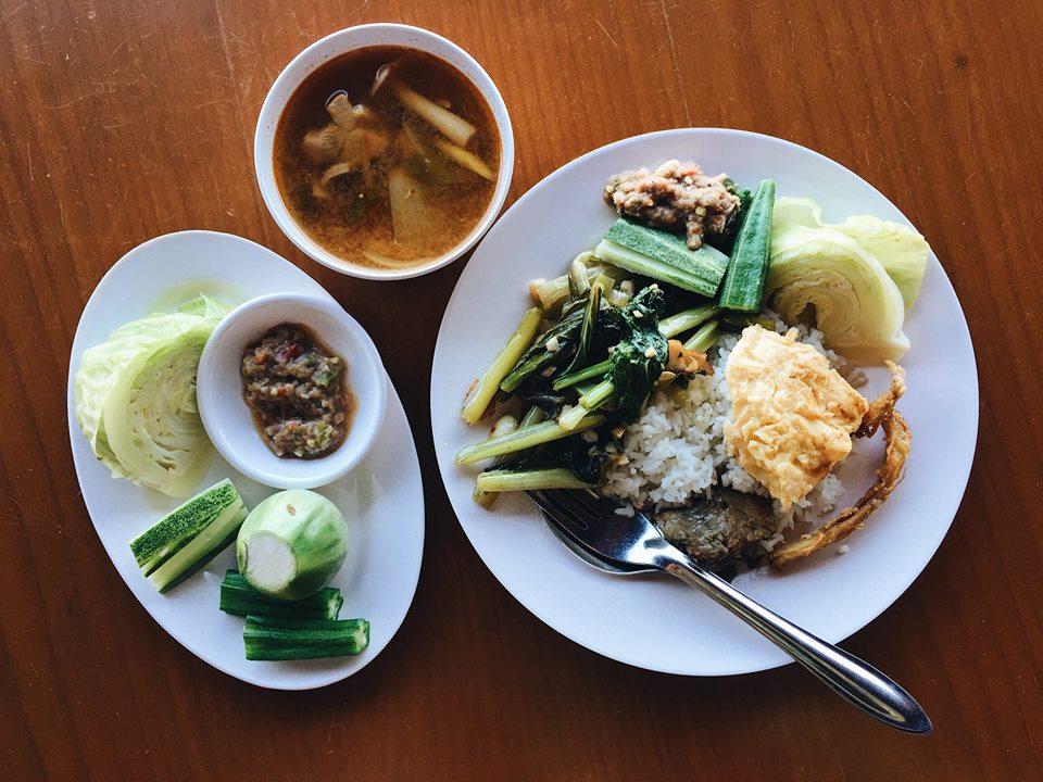 พักทานอาหารกลางวันที่หาดหลักของเกาะ อาหารพื้นบ้านแบบไทยๆแต่ผสมสไตล์พม่าปะแล่มๆลงไปนิดๆ 555 แต่รสชาติรวมๆถือว่าอร่อยเลย