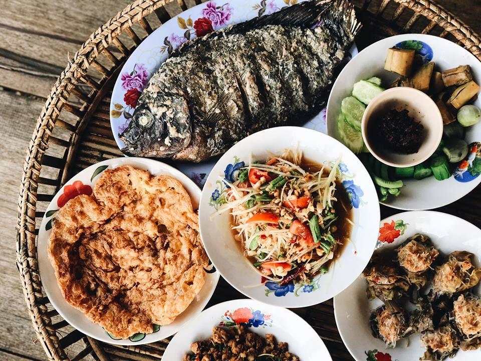 นี่ค่าาา หน้าตาอาหารเย็นของเรา ขันโตกสุดแซ่บ ปลาเผาสดมาก น้ำพริกผักลวกก็อร่อย